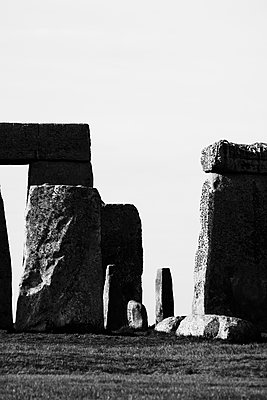 View of Stonehenge against sky, Wiltshire, United Kingdom - p301m1579745 by Michael Mann