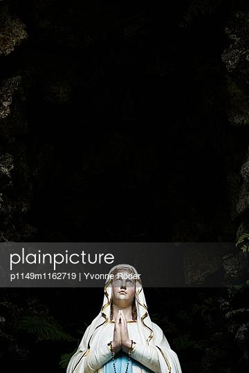 Marienfigur in der Grotte - p1149m1162719 von Yvonne Röder