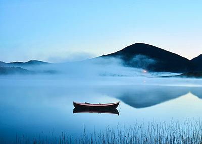 Boot im Nebel - p1124m1165675 von Willing-Holtz