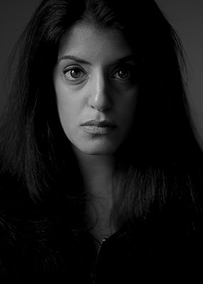 Portrait of dark-haired woman - p552m2275769 by Leander Hopf