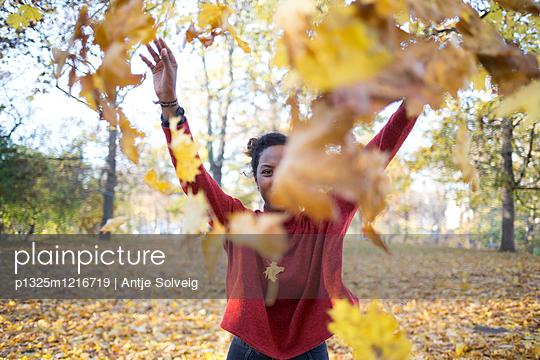 Junge Frau im herbstlichen Park - p1325m1216719 von Antje Solveig
