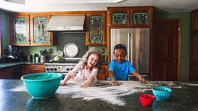 Kids making a mess in the kitchen - p1166m2090689 by Cavan Images