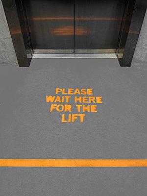 Abstand am Lift - p1280m2231292 von Dave Wall