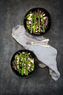 Mixed salad with fried green asparagus, feta and pomegranate seeds - p300m1587866 von Larissa Veronesi