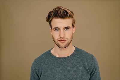 Portrait of a confident young man - p300m2188826 by Kniel Synnatzschke