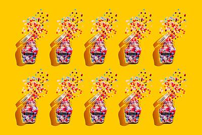 Pattern of jars of colorful confetti - p300m2198396 by Gemma Ferrando