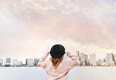 Woman wearing hat looking away at skyline, Boston, Massachusetts, United States - p429m1569677 by Lena Mirisola