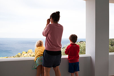 Family by the sea - p454m2168142 by Lubitz + Dorner