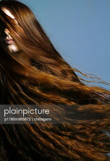 Junge Frau mit wehenden roten Haaren - p1180m965872 von chillagano