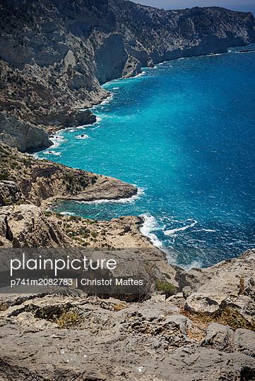 Felsküste auf Ibiza - p741m2082783 von Christof Mattes