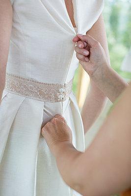 Hochzeitskleid anziehen - p1076m912708 von TOBSN