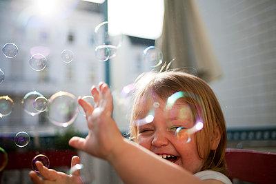 Kind mit Seifenblasen - p1386m1441782 von Lindqvist