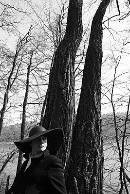 Frau mit Hut im Wald - p258m899020 von Katarzyna Sonnewend
