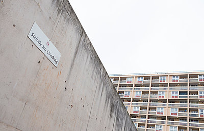United Kingdom, England, Bristol, concrete wall surrounding playground in front of building - p300m980559f by Dieter Schewig