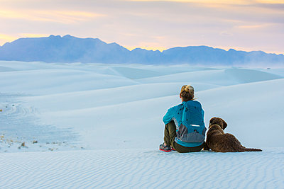 Woman and dog hiking in White Sands National Monument, Alamogordo, New Mexico, USA - p343m2002800 by Kennan Harvey