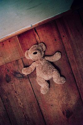 Teddy auf Holzdielenboden - p627m1035904 von Christian Reister