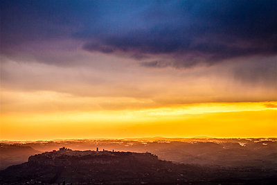 The Italian town of Orvieto in a magical sunset atmosphere - p968m1039196 by roberto pastrovicchio