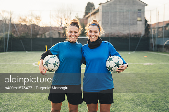 plainpicture - plainpicture p429m1578477 - Portrait of female football... - plainpicture/Cultura/Eugenio Marongiu