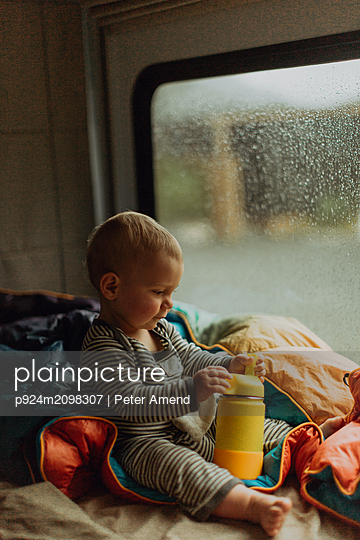 Baby playing in motorhome, Queenstown, Canterbury, New Zealand - p924m2098307 by Peter Amend