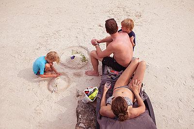 Strandidyll einer Famile - p045m2028156 von Jasmin Sander