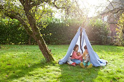 Kinder in selbstgebauten Zelt - p1156m960677 von miep