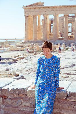 Frau wartet auf Akropolis-Gelände - p432m1541650 von mia takahara