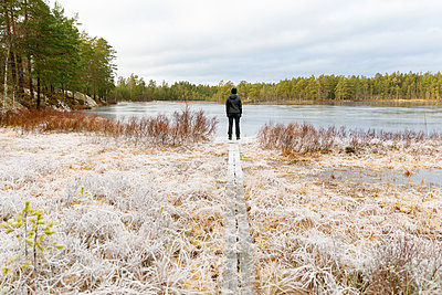 Mature woman standing in front of Lake Lillskiren in Sweden - p352m2119985 by Åke Nyqvist