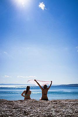 Mutter und Tochter am Strand - p1053m851232 von Joern Rynio