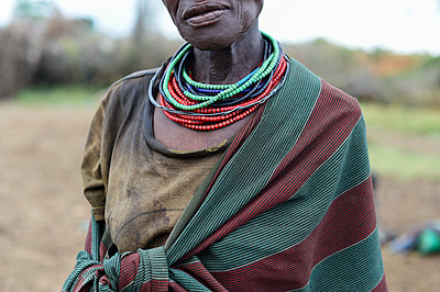 Africa, Uganda, Senior woman in traditional clothing - p1167m2283454 by Maria Schiffer