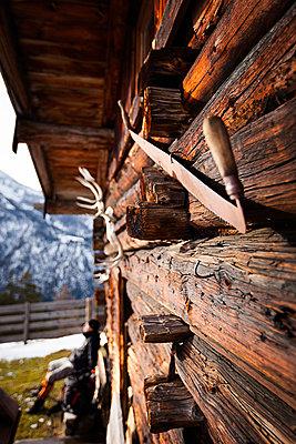 Holzhütte und rastender Wanderer, Köglalm , Abstieg vom Unnütz , Rofan, Tirol, Österreich - p1316m1161119 von Daniel Fort