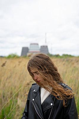 Woman in black leather jacket, portrait - p1646m2278706 by Slava Chistyakov