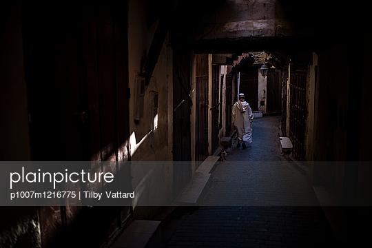 Rückansicht eines Mannes unterwegs in der Nacht - p1007m1216775 von Tilby Vattard