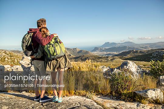 Paar auf einer Bergtour - p1355m1574105 von Tomasrodriguez