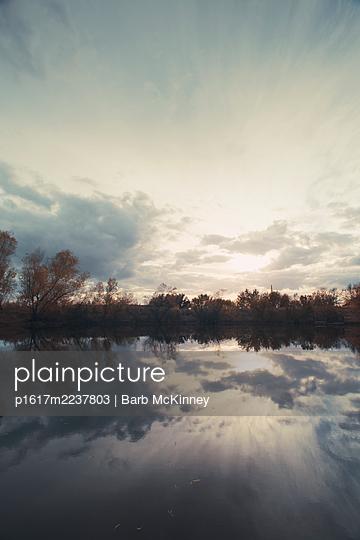 Spiegelbild des Himmels - p1617m2237803 von Barb McKinney