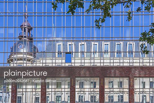 Germany, Hamburg, Stadthoefe reflecting in facade - p300m2012687 von Kerstin Bittner