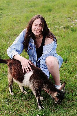 Young woman and goat, portrait - p1412m2196960 by Svetlana Shemeleva