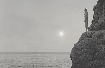Mann an der Küste - p444m1184805 von Müggenburg