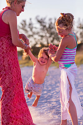 Caucasian mother and children playing on beach - p555m1411353 by Marc Romanelli