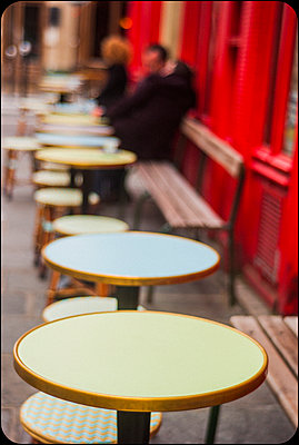 Café in Paris - p567m1212506 by Alexis Bastin