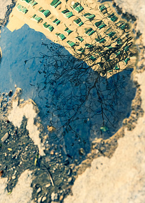 Reflection of high rise in a puddle, Manhattan, New York City - p758m2183908 by L. Ajtay
