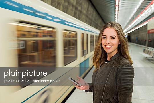 Mädchen mit Handy in der U-Bahnstation - p081m1125098 von Alexander Keller
