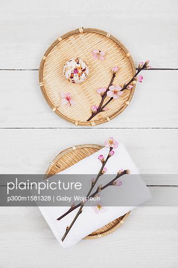 Cherry blossom soap ball and towel on bamboo trays - p300m1581328 von Gaby Wojciech