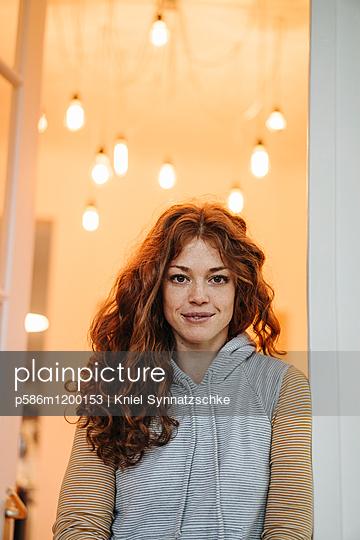 Junge Frau mit roten Haaren - p586m1200153 von Kniel Synnatzschke