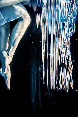 Frau treibt Unterwasser - p1019m1461909 von Stephen Carroll