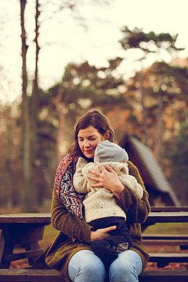 Herbstspaziergang, Mutter mit Kind - p904m1193443 von Stefanie Päffgen