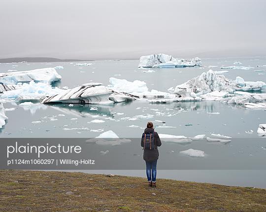 Frau an Gletschersee - p1124m1060297 von Willing-Holtz