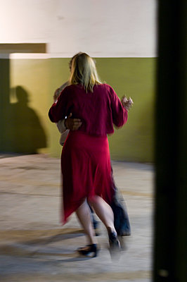 Ein Paar, Mann und Frau tanzen, Leipzig, Sachsen, Deutschland - p1316m1160387 von Peter von Felbert