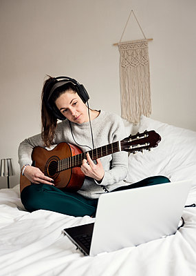 Woman learning to play guitar - p1515m2182092 by Daniel K.B. Schmidt