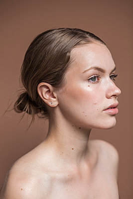 Portrait of beautiful young woman in profile - p1548m2126631 by Jutta Klee