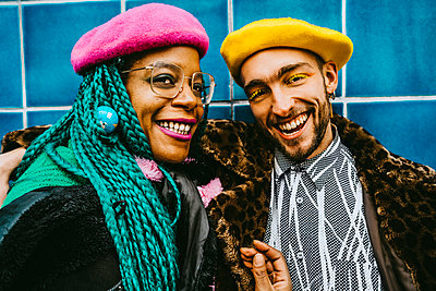 Portrait of smiling male and female friends wearing berets - p426m2279780 by Maskot